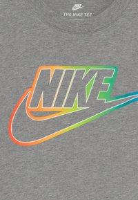 Nike Sportswear - FUTURA BLEND TEE - T-shirt con stampa - grey heather - 3