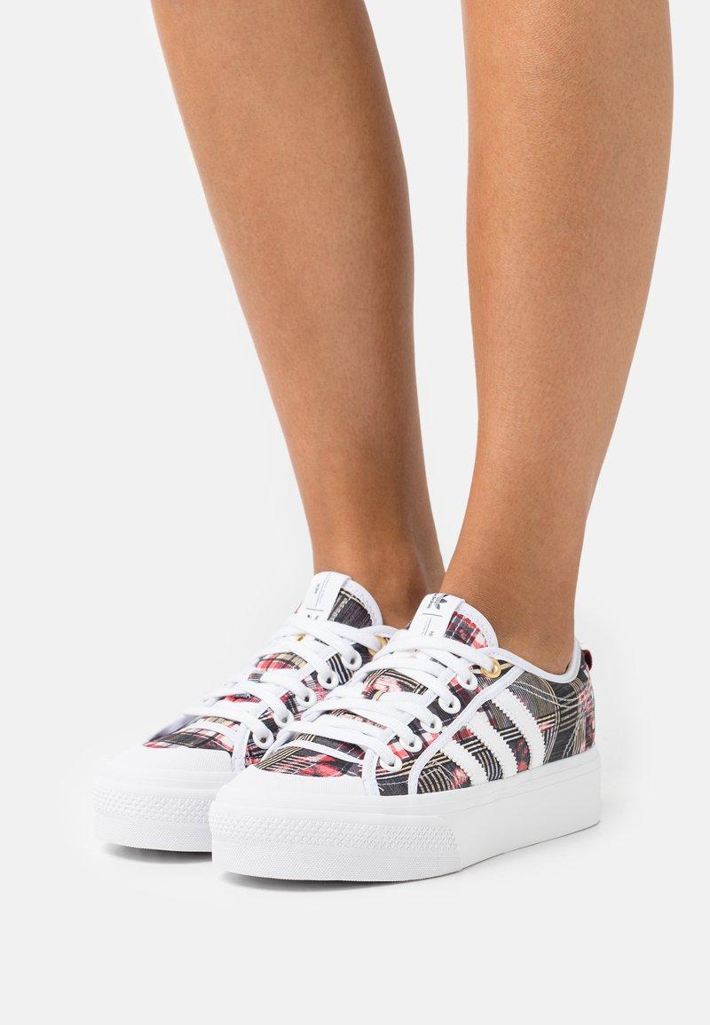 adidas Originals - NIZZA PLATFORM - Sneakers basse - footwear white/collegiate burgundy