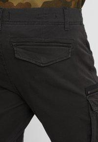 Jack & Jones - JJIDRAKE JJCHOP BLACK - Pantaloni cargo - black - 3