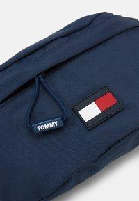 Tommy Hilfiger - KIDS CORE BUMBAG UNISEX - Ledvinka - blue - 3