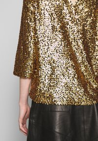 JUST FEMALE - TROYE BLOUSE - Bluser - troye gold - 6