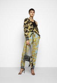 Versace Jeans Couture - Pantalon de survêtement - azzurro scuro - 1