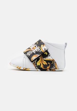 RICAMO ACANTHU UNISEX - Chaussons pour bébé - white/black/gold