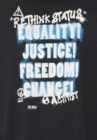 RETHINK Status - UNISEX OVERSIZED - T-shirt med print - black - 7