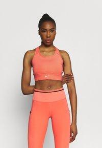 Nike Performance - BRA - Reggiseno sportivo con sostegno medio - magic ember/sequoia/aluminum - 0