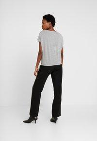 Opus - SANJI - T-shirts med print - hazy fog melange - 2