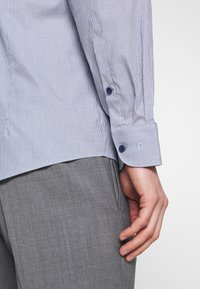 OLYMP Level Five - OLYMP LEVEL 5 BODY FIT - Formal shirt - marine - 3