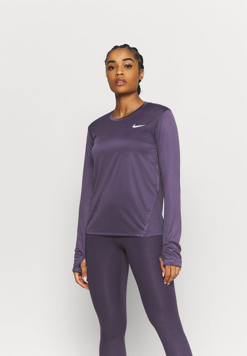 Nike Performance - MILER - Funktionsshirt - dark raisin/silver