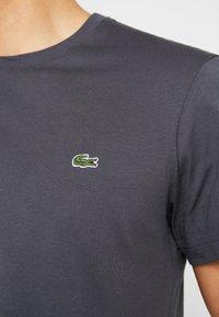 Lacoste - T-shirt basique - graphite - 5