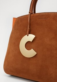 Coccinelle - CONCRETE SUEDE BICOLOR MEDIUM - Handbag - caramel/ginger - 3
