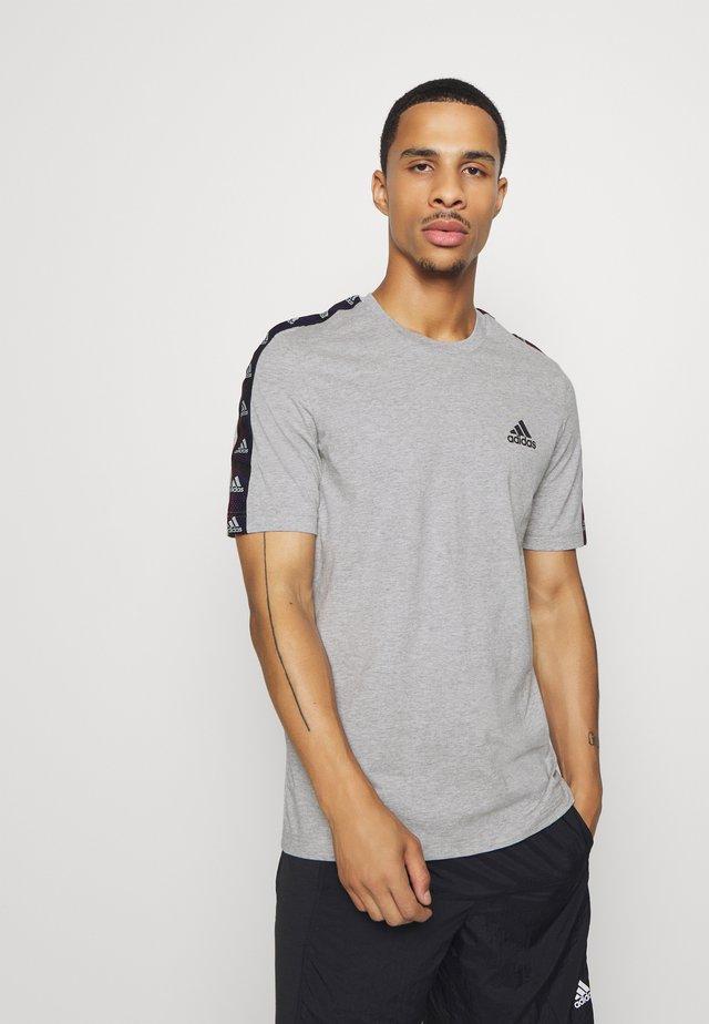 ESSENTIALS TRAINING SPORTS SHORT SLEEVE TEE - T-shirt imprimé - grey/black