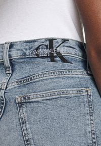 Calvin Klein Jeans - MOM - Shorts di jeans - denim light - 3