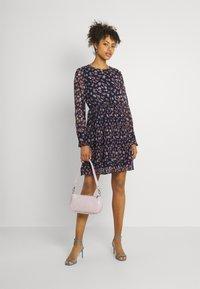 Vero Moda - VMWONDA PLISSE DRESS - Denní šaty - night sky/rona - 1