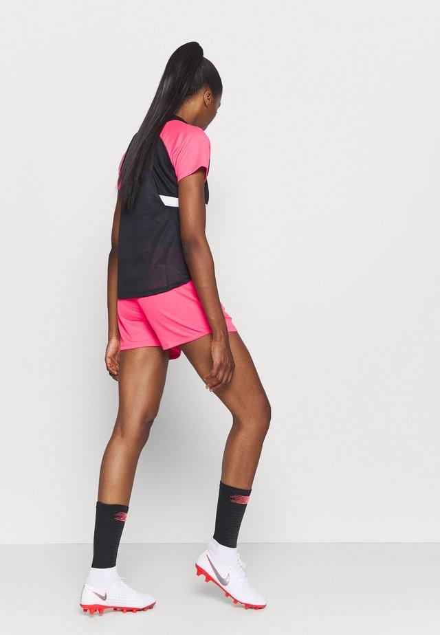 DRY ACADEMY 20 SHORT - Sportovní kraťasy - hyper pink/white/white
