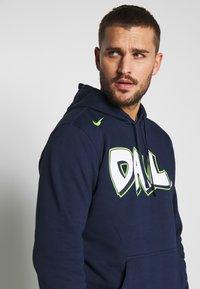 Nike Performance - NBA DALLAS MAVERICKS CITY EDITION LOGO HOODIE - Club wear - college navy - 3