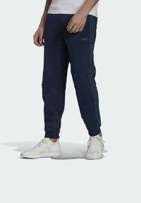 adidas Originals - WW SWEATPANT SPRT COLLECTION ORIGINALS SLIM TRACK PANTS - Träningsbyxor - blue - 0