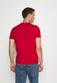 Tommy Hilfiger - GLOBAL STRIPE TEE - T-shirt z nadrukiem - red - 2