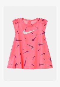 Nike Sportswear - PRINTED SET - Jersey dress - sunset pulse - 0