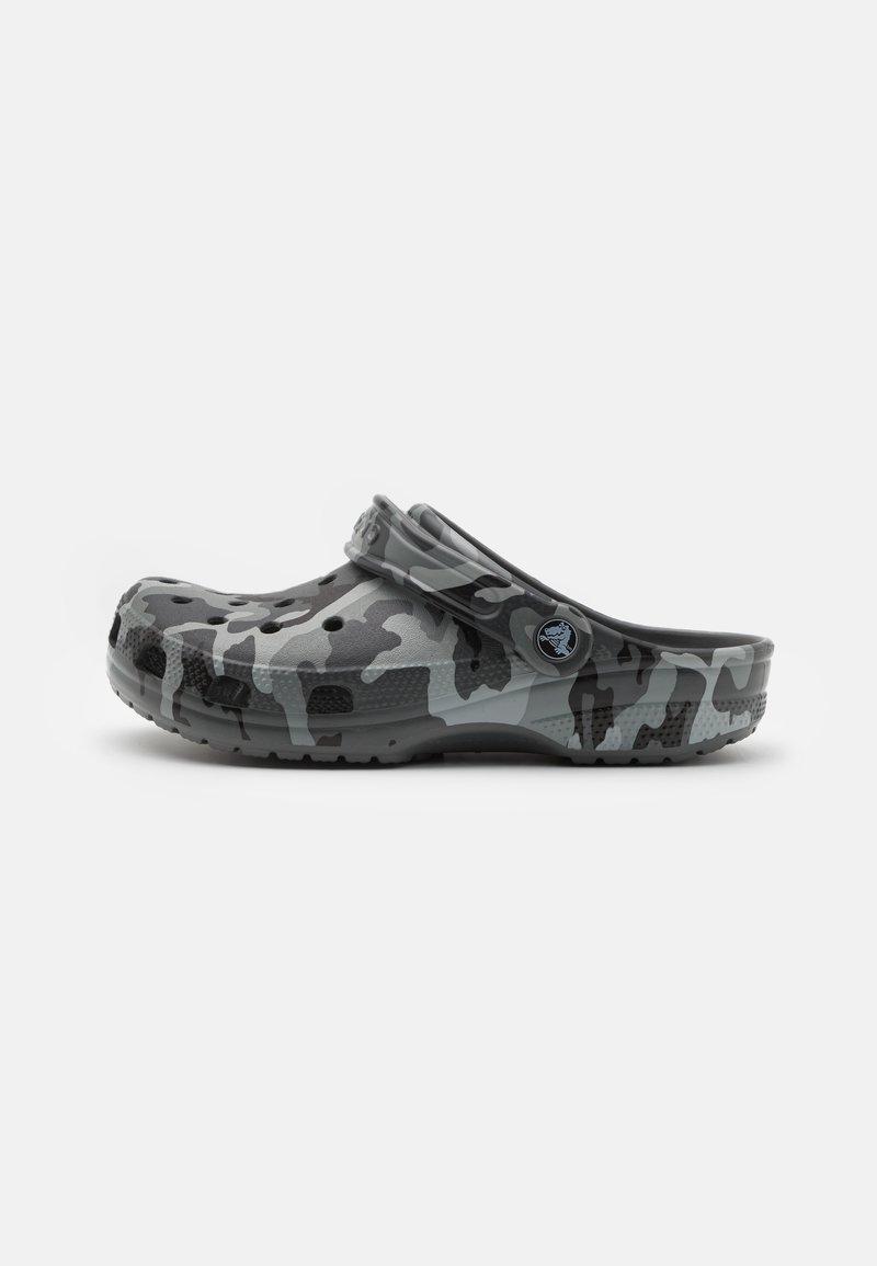 Crocs - CLASSIC UNISEX - Klapki - slate grey/multicolor