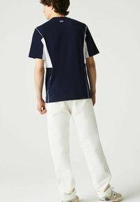 Lacoste - T-shirt print - navy blau/weiß - 1