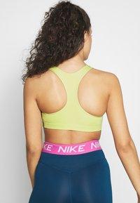 Nike Performance - BRA - Sujetadores deportivos con sujeción media - limelight/black - 2