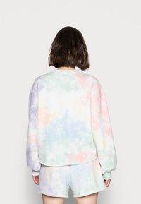 Abercrombie & Fitch - PRIDE CUTOFF CREW - Sweatshirt - white splouchy wash - 2