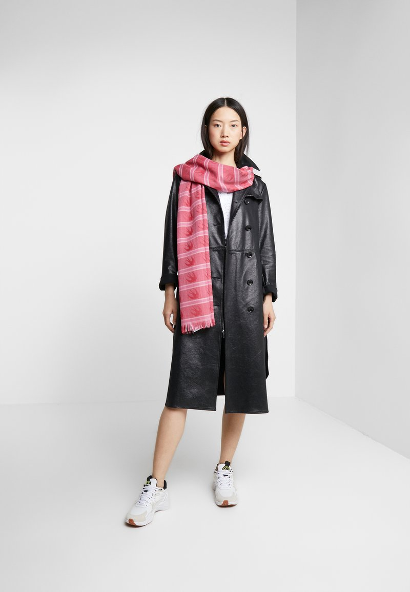 McQ Alexander McQueen - SWALLOW CHECK SCARF - Szal - red