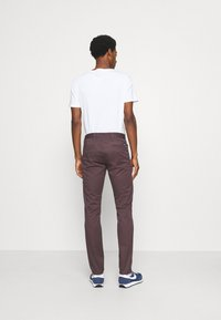 DOCKERS - ALPHA ORIGINAL  - Chinosy - raisin - 2