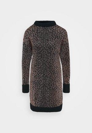 PRESSIONE DRESS - Jumper dress - nero/rosa
