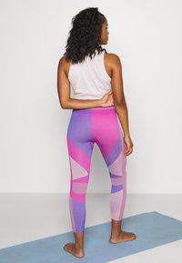 Nike Performance - SEAMLESS SCULPT 7/8 - Tights - fire pink/sapphire - 2