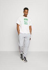 adidas Originals - COLLEGIATE CREST UNISEX - Träningsbyxor - light grey - 1