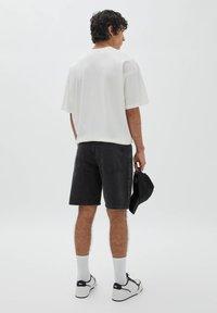 PULL&BEAR - BERMUDA - Denim shorts - mottled black - 2