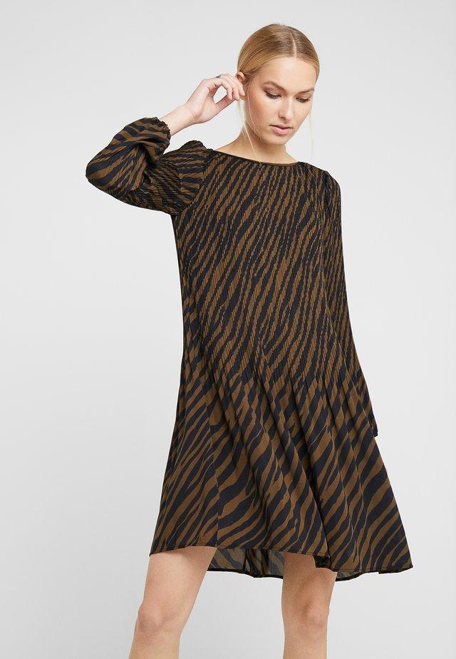 SIMONE PLEATED DRESS - Vestido informal - hysterical