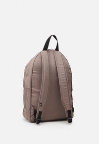 Calvin Klein Jeans - ROUND FRONT ZIP UNISEX - Rucksack - dusty brown - 1