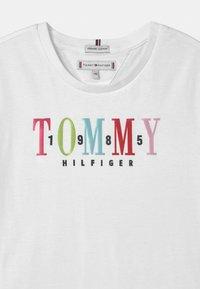 Tommy Hilfiger - MULTI TEXT - Print T-shirt - white - 2