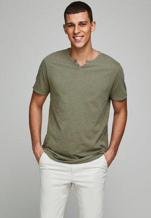 Jednoduché triko - dusky green