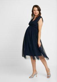 Anaya with love Maternity - GATHERED V FRONT MIDI DRESS - Koktejlové šaty/ šaty na párty - navy - 0