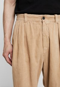 Kings Of Indigo - HENRI - Spodnie materiałowe - camel - 5