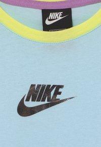 Nike Sportswear - CROP - Print T-shirt - glacier blue/violet shock - 2