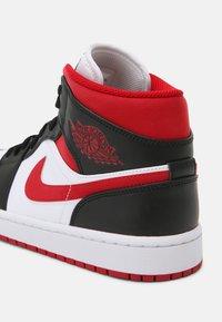 Jordan - AIR 1 MID - Sneakers hoog - white/gym red/black - 6