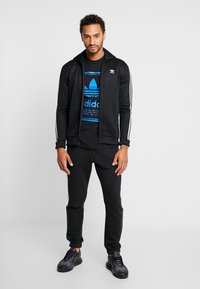 adidas Originals - VINTAGE LABEL GRAPHIC TEE - Print T-shirt - black/bluebird - 1