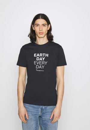 ALDER EARTHDAYEVERYDAY TEE - T-shirt med print - total ecplise