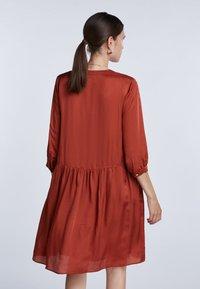 SET - LÄSSIGES MIT GERÜSCHTEM SAUM - Shirt dress - maroon - 2
