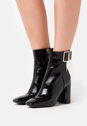 SQUARE TOE BOOT - Botines de tacón - black