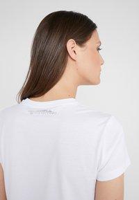 KARL LAGERFELD - KARL X OLIVIA MINI PROFILE TEE - Triko spotiskem - white - 3