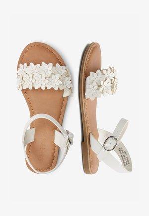 TAN FLOWER EMBELLISHED SANDALS (OLDER) - Sandály - white