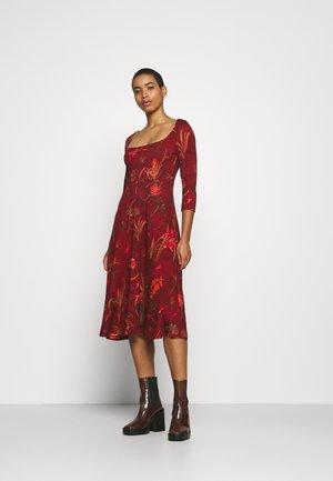 VEST FLOWERS - Sukienka z dżerseju - red