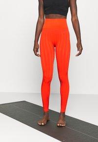 Casall - SHINY MATTE SEAMLESS - Medias - intense orange - 0