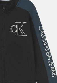 Calvin Klein Jeans - MONOGRAM BLOCK ZIP THROUGH - Mikina na zip - black - 2