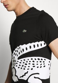 Lacoste - TH5139 - T-shirt med print - black - 4